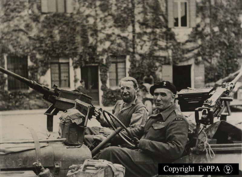 Popski en zijn schutter Ron Cokes in hun jeep op de Padua  University waar PPA een48 uur rust en refit hield. Opmerking: Popski's  haak aan zijn linkerarm.